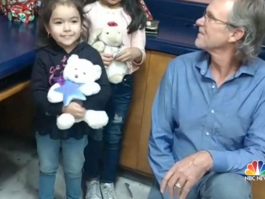 """""""El amor no tiene fronteras"""": hombre de Arizona cumple lista de deseos de Navidad de niña mexicana"""