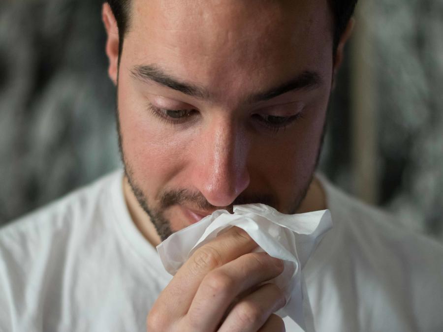 Hombre resfriado