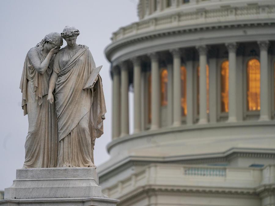 El Capitolio, tras la estatua del monumento a la paz en Washington DC este 31 de diciembre.