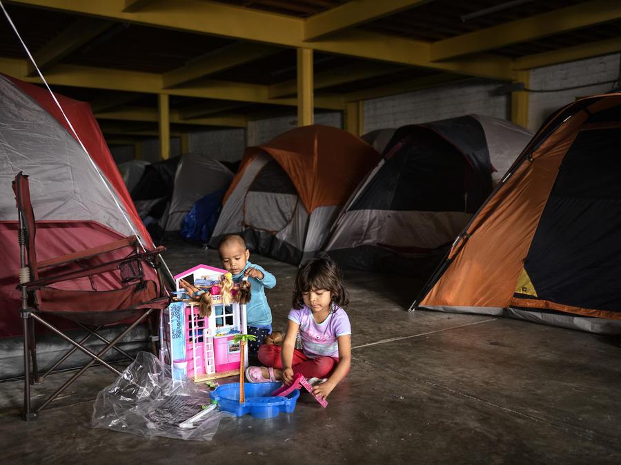 Niños hondureños juegan en un almacén abandonado en Tijuana el 25 de diciembre.