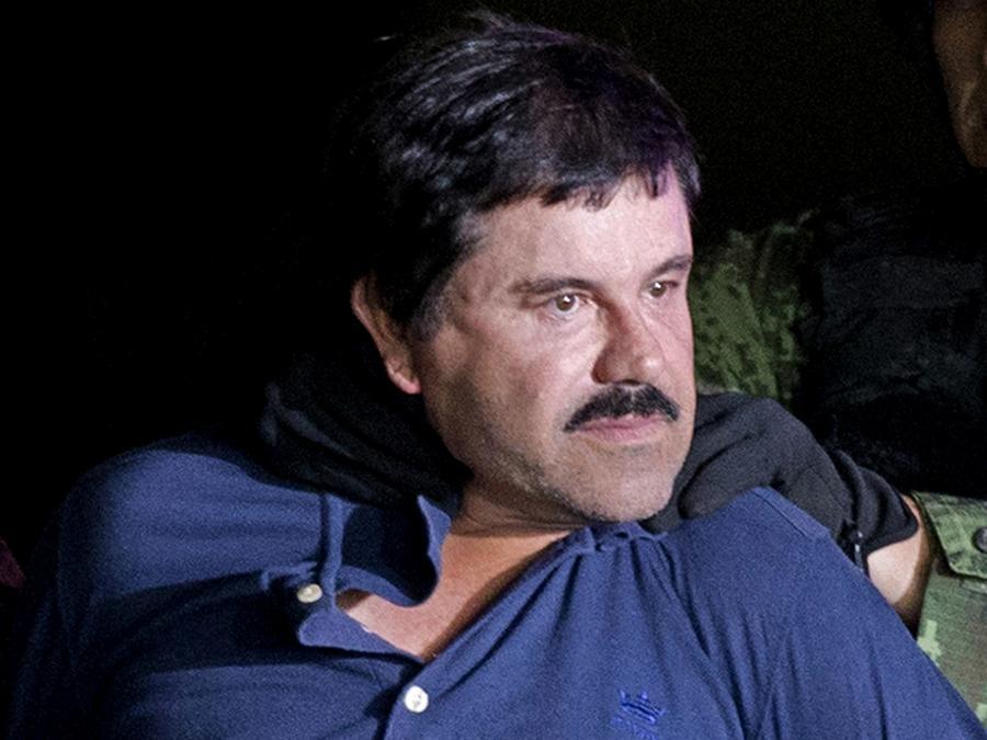 Fotografía de archivo de Joaquín Guzmán Loera, cuando lo trasladaron de la Ciudad de México a Nueva York para ser enjuiciado.