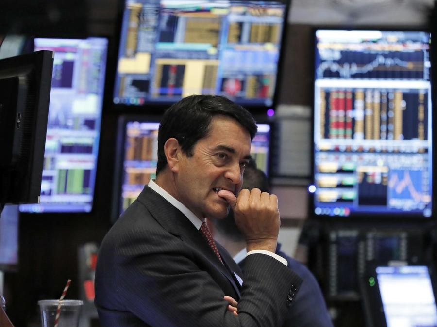 El corredor Mark Muller trabaja en el piso de la Bolsa de Nueva York