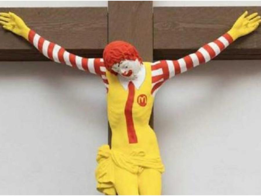 Ronald MacDonald crucificado