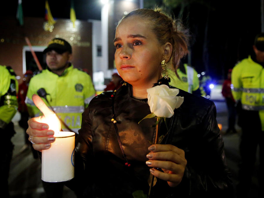 Civiles y policías participaron en un plantón en repudio al atentado en Bogotá