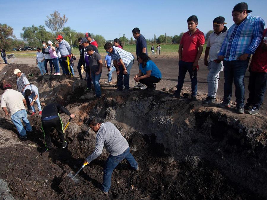 Ciudadanos de Tlahuililpan participan junto con familiares de las víctimas en la búsqueda de restos el domingo.
