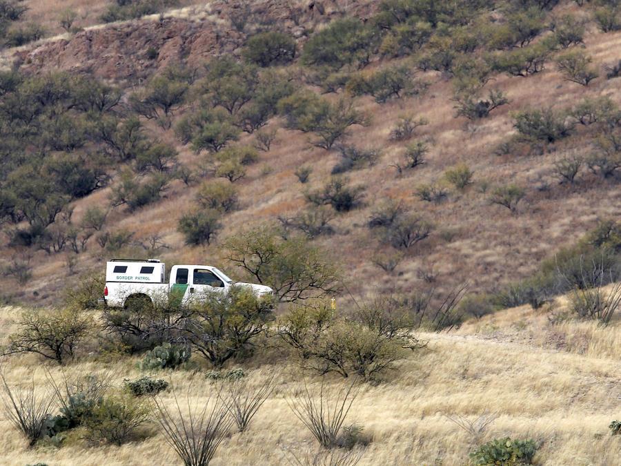 Un vehículo de la Patrulla Fronteriza es visto en el desierto de Arizona