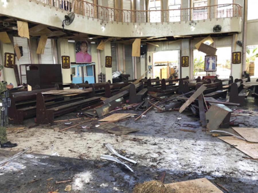 Un soldado contempla el interior de la catedral católica de Jolo, la capital de la provincia de Sulu, en el sur de Filipinas, tras el estallido de dos bombas.