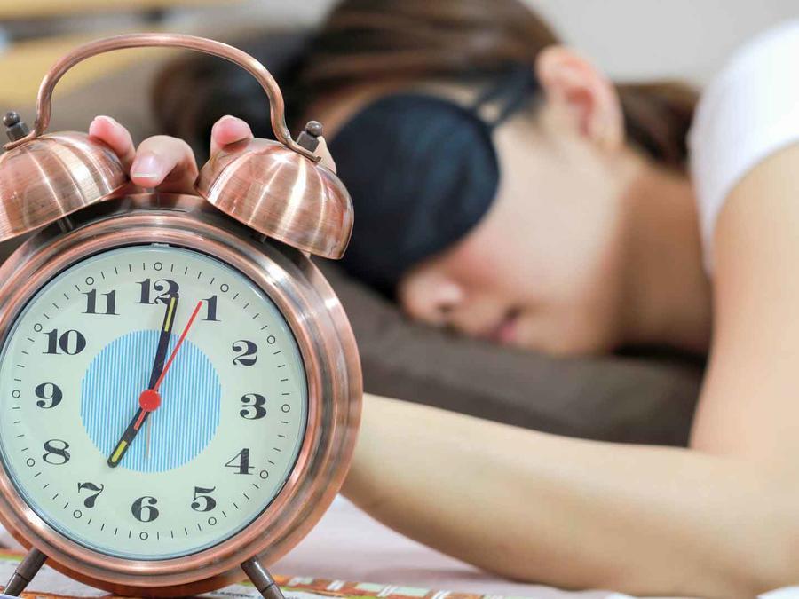 Haz la prueba de no poner despertador para dormir.