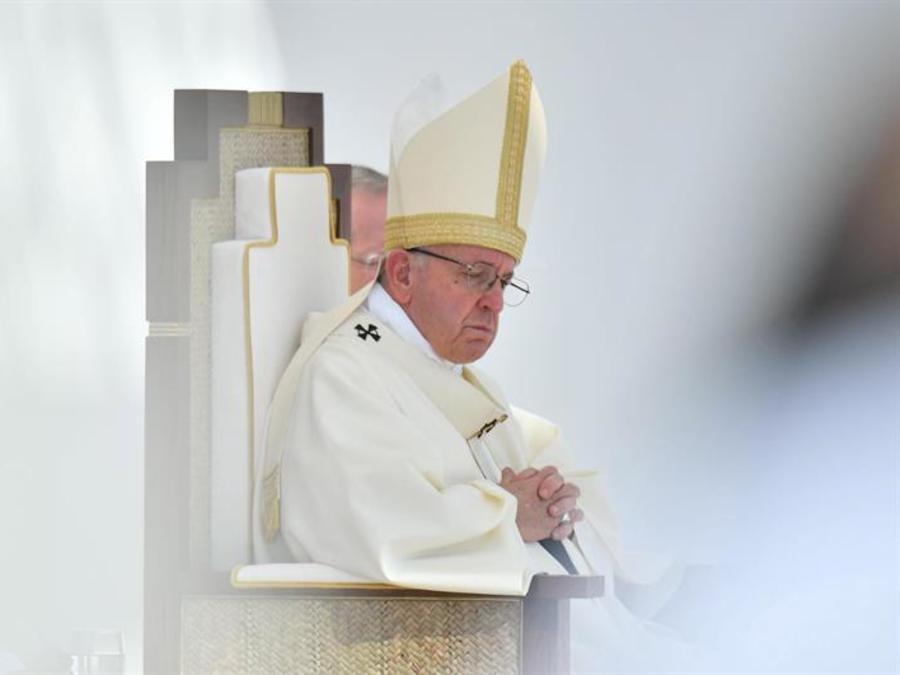 El papa Francisco durante una misa multitudinaria en la ciudad deportiva Zayed en Abu Dabi, Emiratos Árabes Unidos.