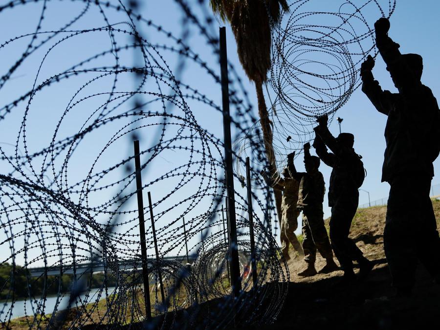 Soldados de EEUU salvaguardan la frontera con México en Eagle Pass, Texas