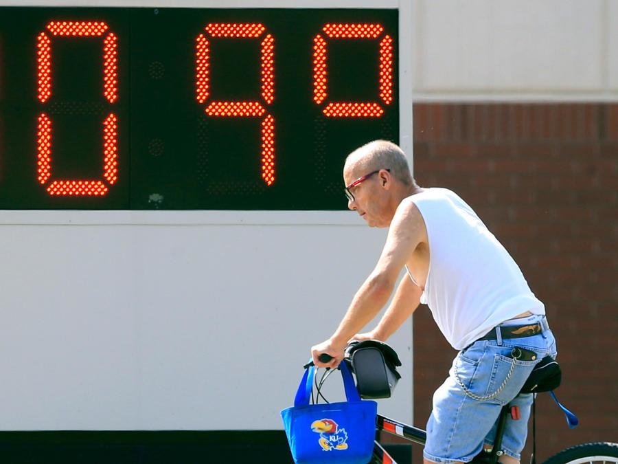 Un hombre en bicicleta bajo temperaturas de 109 grados en una imagen de archivo