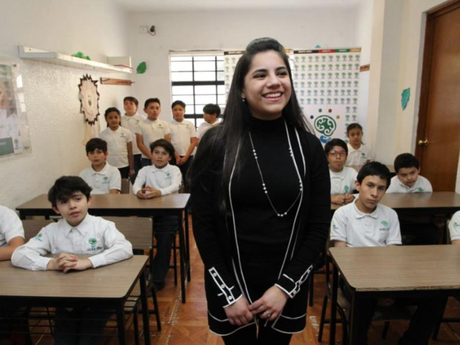 La psicóloga Dafne Almazán junto a un grupo de niños en el Centro de Atención a Talentos (Cedat), el pasado 30 de enero de 2019, en Ciudad de México (México).