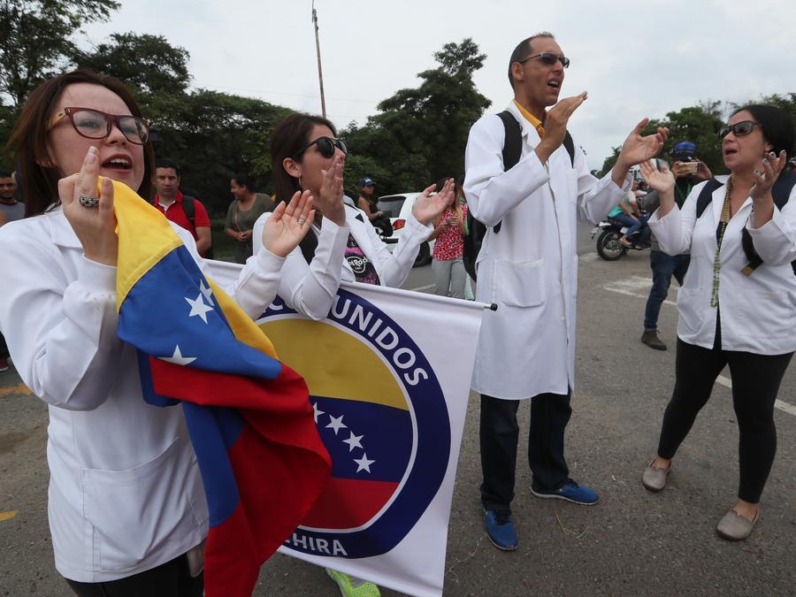 Médicos venezolanos exigen que se permita el ingreso de ayuda humanitaria