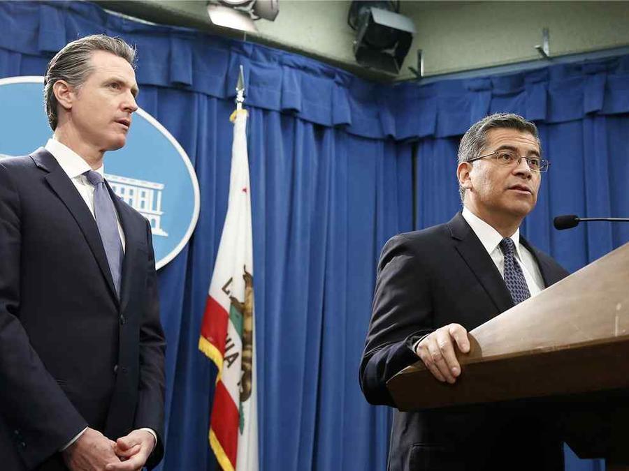 El fiscal de California, Xavier Becerra, junto al gobernador del estado, Gavin Newsom.