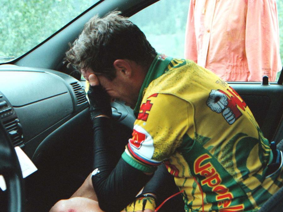 Luc Leblanc llora tras retirarse del Tour of Italy en junio del 1997