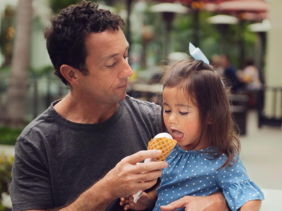 Papá y niña con helado