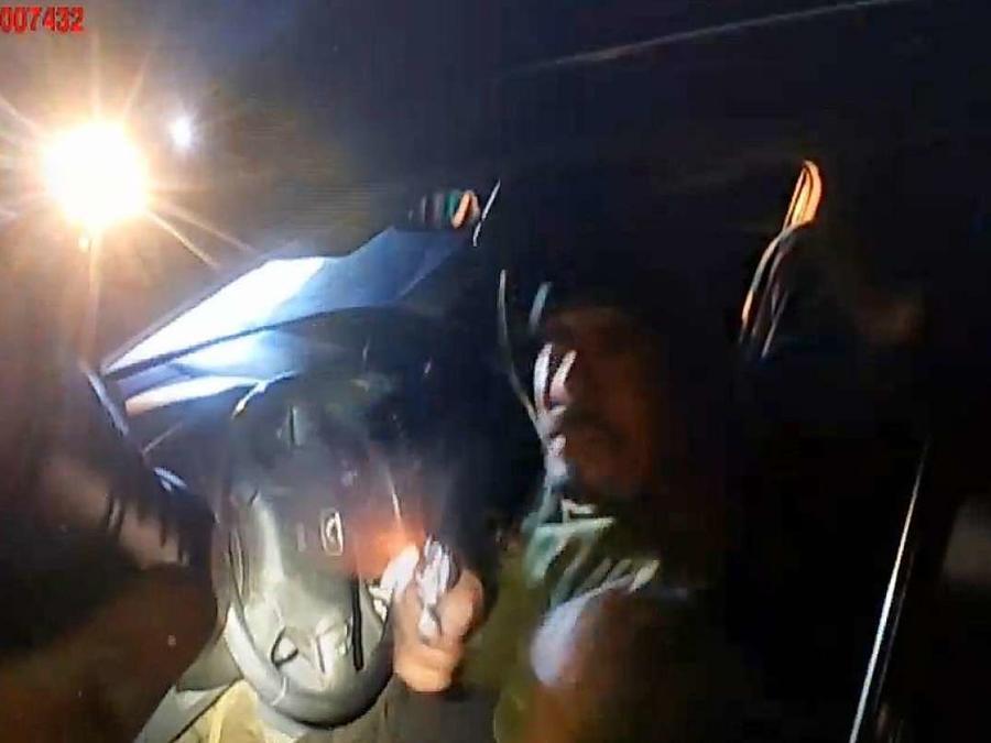 Morales, en el momento en el que saca el arma para disparar a la agente.