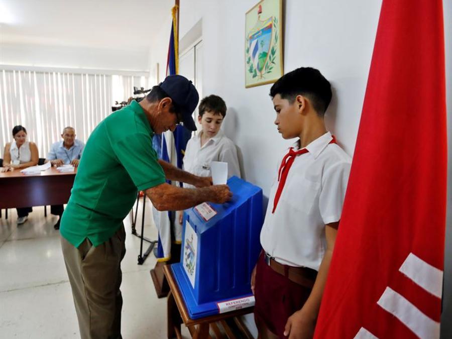 Un hombre vota en el referendo sobre la nueva Constitución, en La Habana, Cuba.