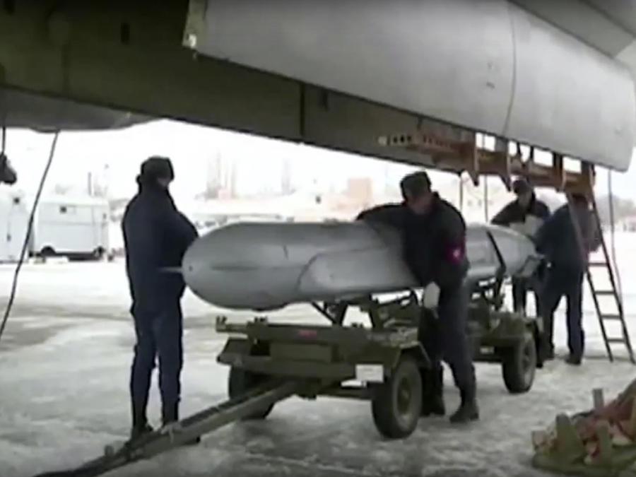 Carga de misiles de crucero en un bombardero Tu-160, en una imagen de archivo proporcionada por el Gobierno ruso.