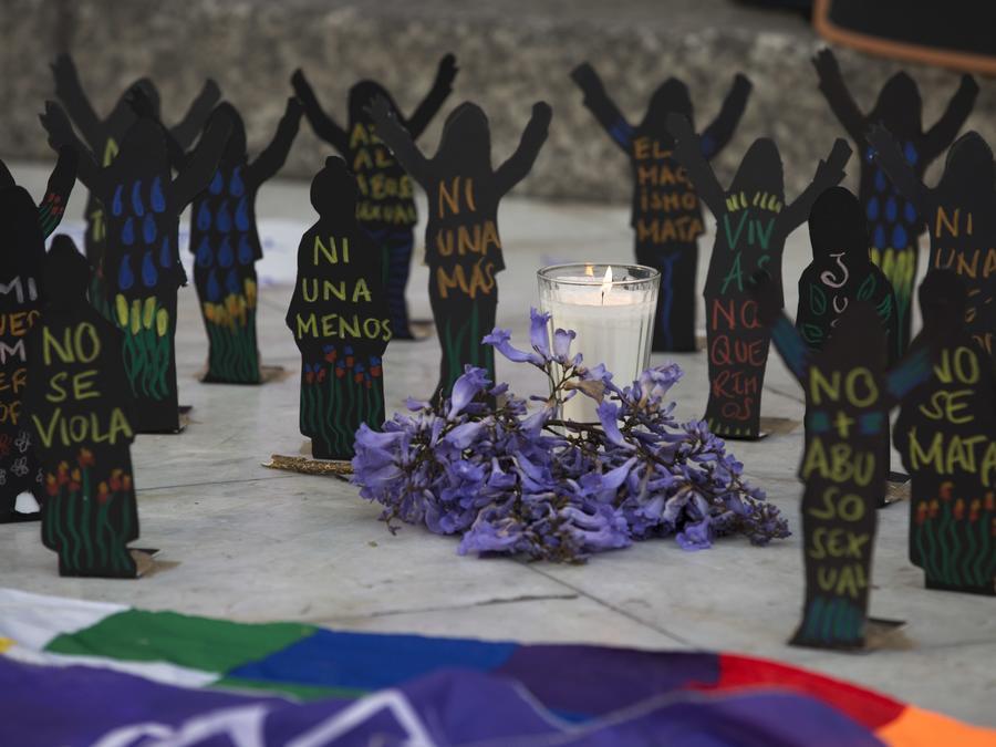 En esta fotografía de archivo se muestren figurines colocados en memoria de la muerte de 40 niñas guatemaltecas en un refugio de la Ciudad de México