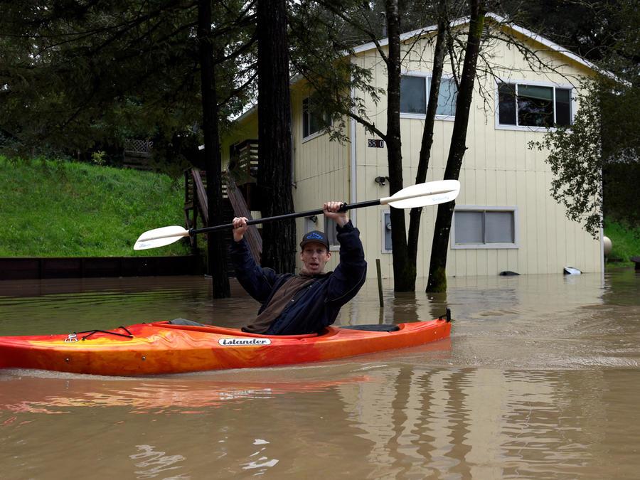 Lluvias en California dejan inundaciones. Muchas personas solo pueden desplazarse en kayaks