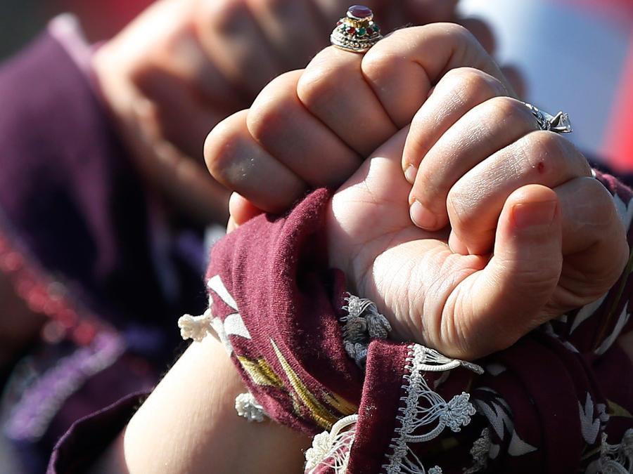 Manos entrelazadas de mujeres que celebran su día en Turquía