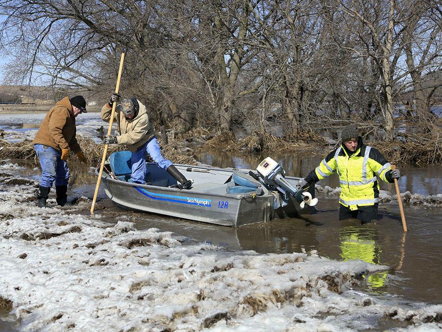 Tres hombres intentan echar a andar un bote ben las congeladas aguas del río Elkhorn, en Nebraska.