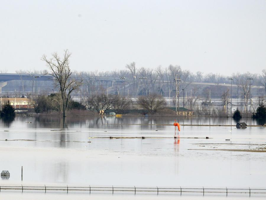 Una veleta anaranjada se observa en la Base de la Fuerza Aérea Offutt en Bellevue, Nebraska, en donde la pista quedó inundada el domingo 17 de marzo de 2019