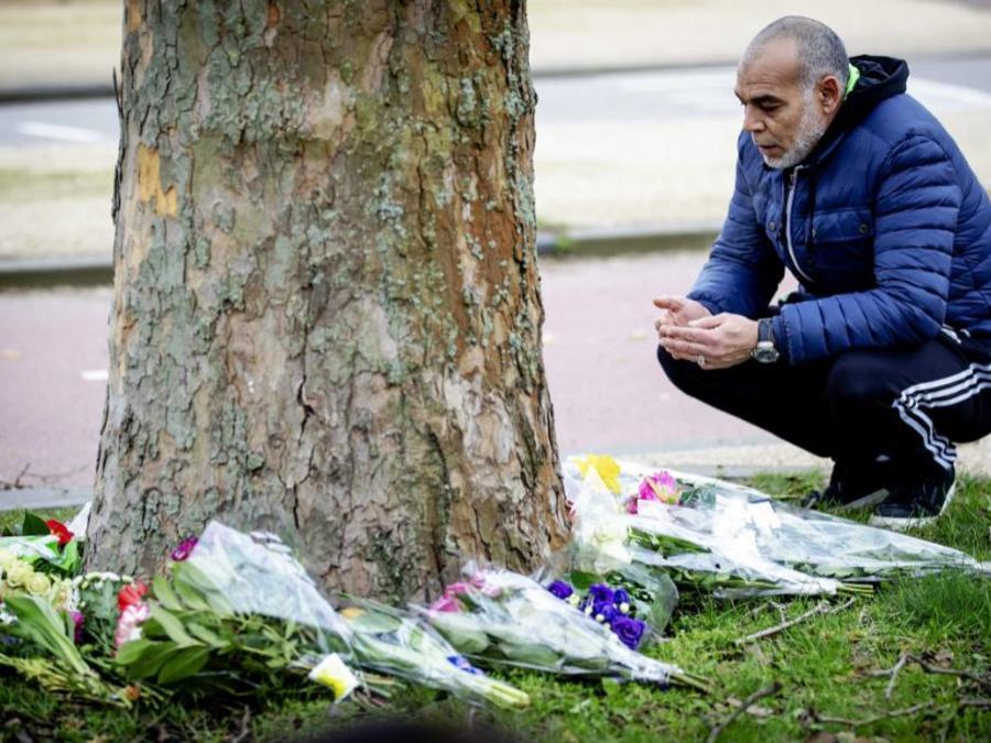 Un ciudadano musulmán deposita un ramo de flores cerca del lugar del suceso en la plaza 24 de Octubre este martes en Utrecht (Holanda).
