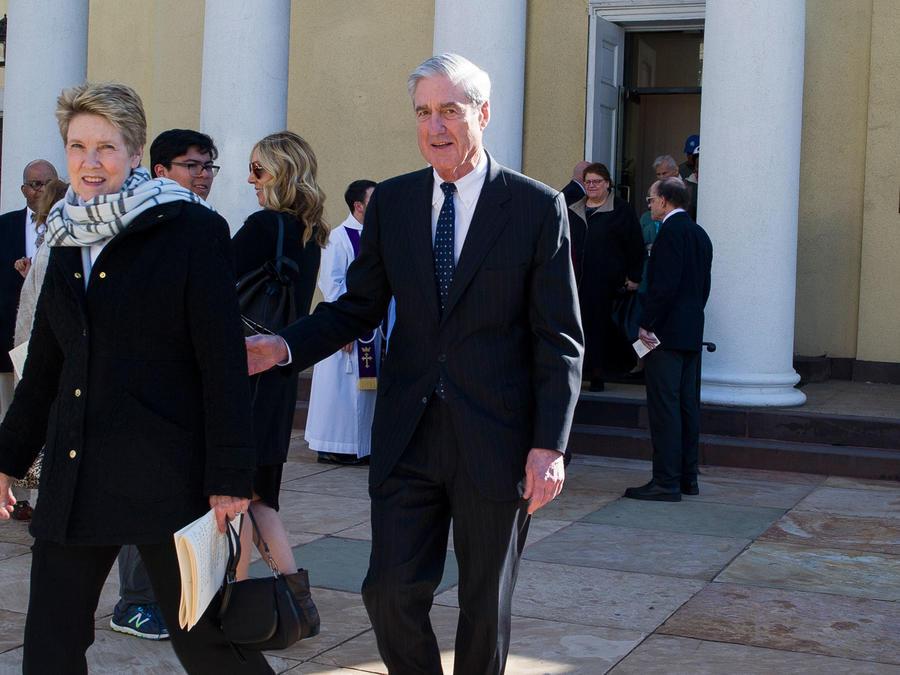 Robert Mueller y su esposa Anna salen de un servicio religioso cerca de la Casa Blanca el 24 de marzo de 2019