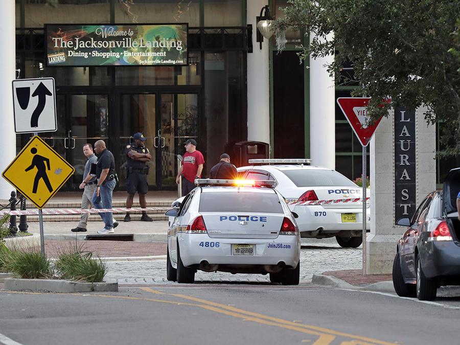 Dos patrullas de la policía de Florida bloquean la entrada a una calle.