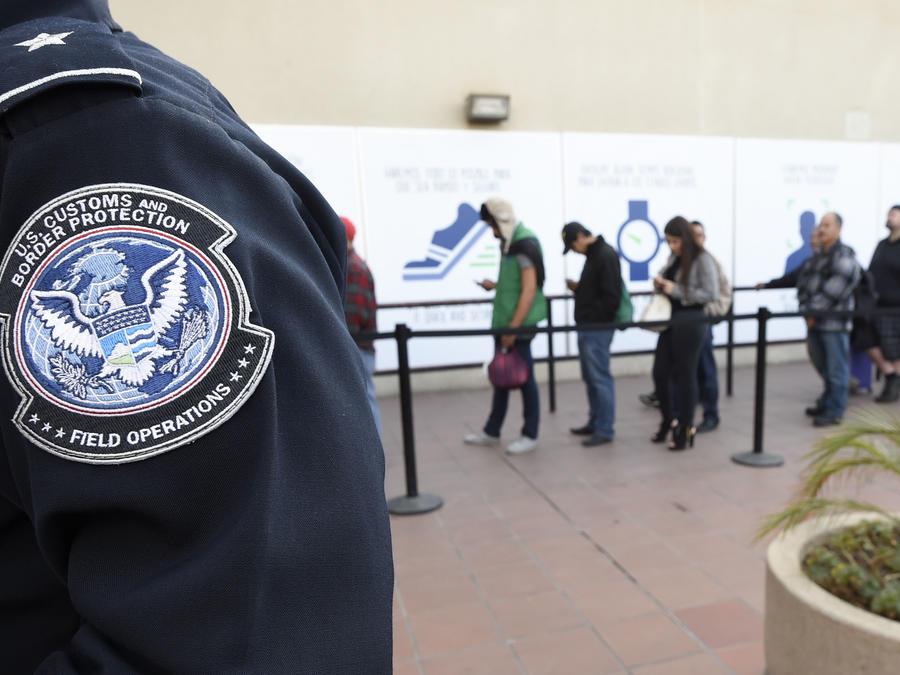 Foto de archivo de personas en fila en la entrada a EEUU localizada en Otay Mesa, San Diego