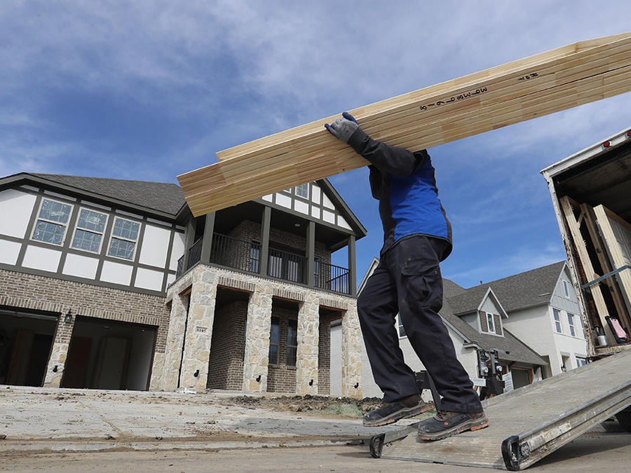Un obrero de la construcción trabaja en un área donde se erigen condominios.