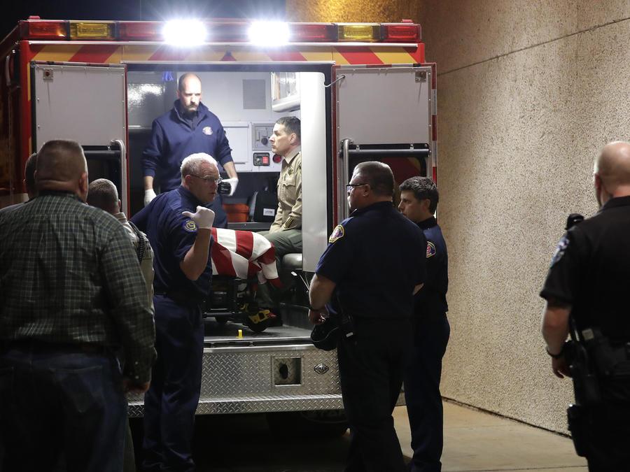 Imagen de archivo de una ambulancia junto a un hospital.