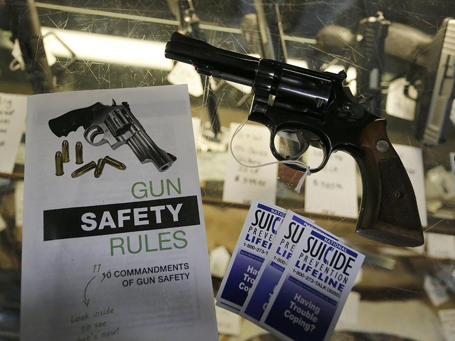 Una guía para mantener segura las armas de fuego y otra para prevenir el suicidio se muestran en un local de ventas en Colorado.