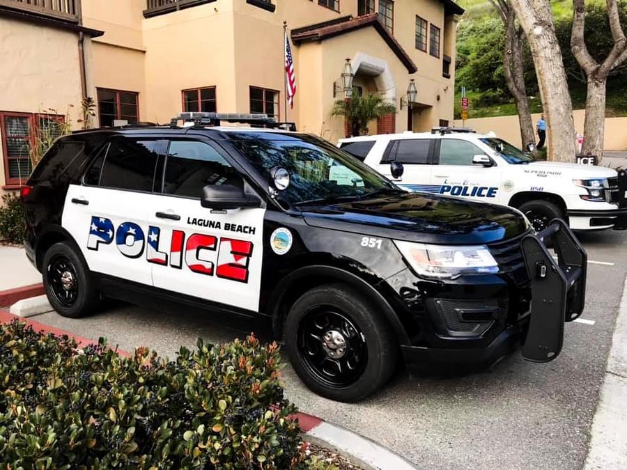 Carro de policía de Laguna Beach con el nuevo diseño y, detrás, otro con el antiguo.