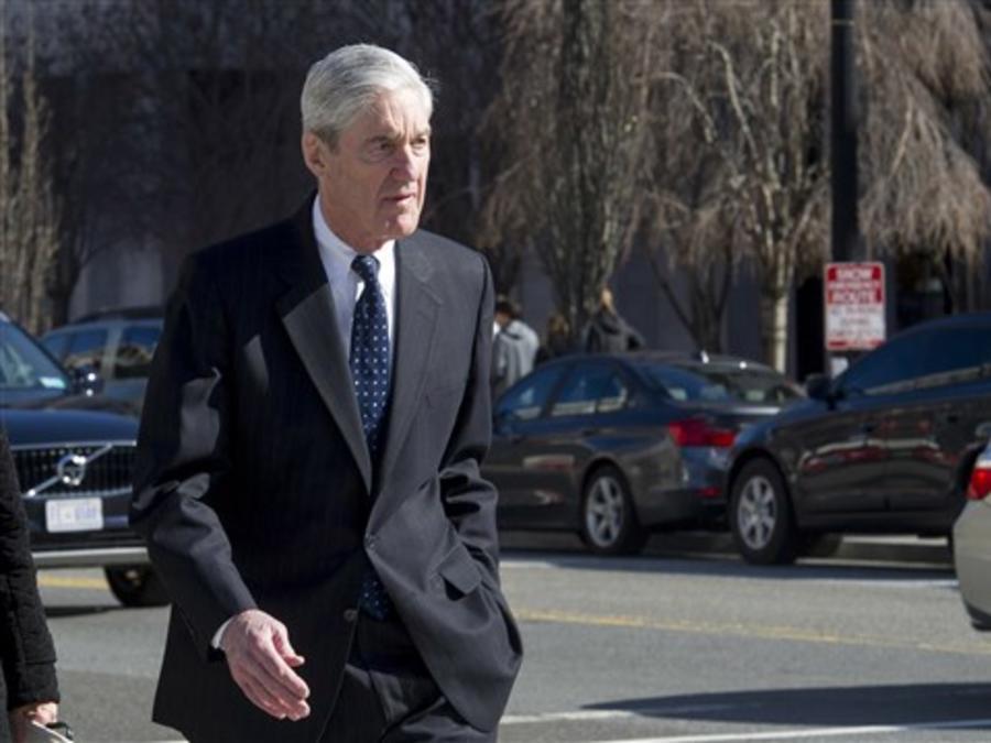 El fiscal especial Robert Mueller camina hacia su automóvil después de asistir a los servicios en la Iglesia Episcopal de St. John, frente a la Casa Blanca, en Washington, el domingo 24 de marzo de 2019. Cliff Owen / AP