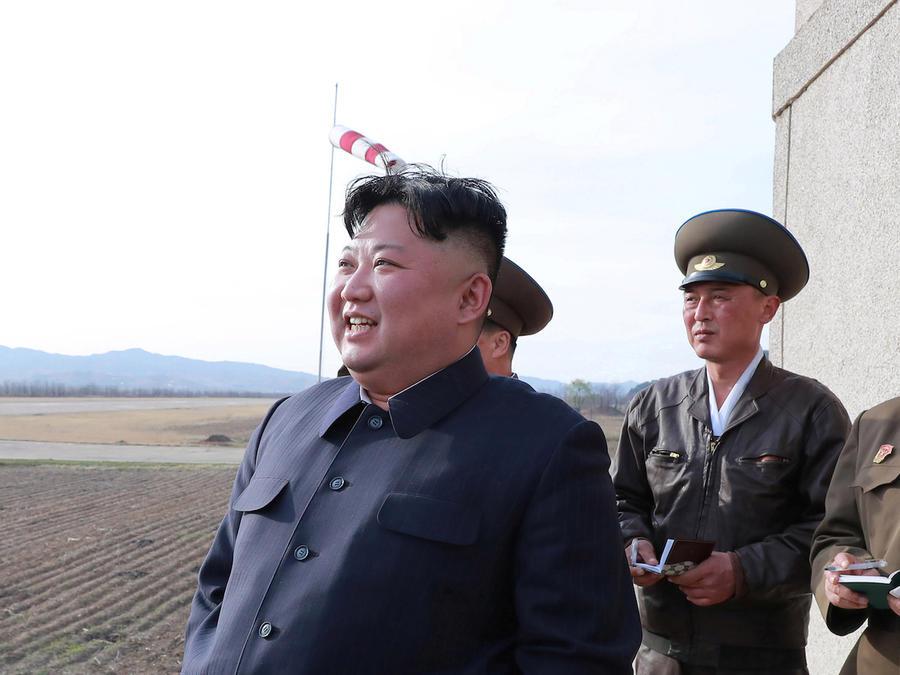 Kim Jong Un durante las maniobras militares del martes, según las autoridades norcoreanas.
