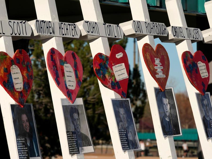 Cruces en recuerdo a las víctimas de Colombine cuando se cumple el 20 aniversario de la masacre