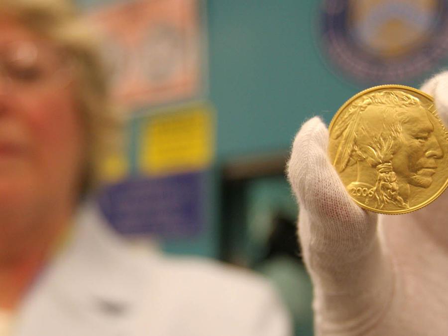 Una moneda de oro réplica de una moneda Buffalo del 1913