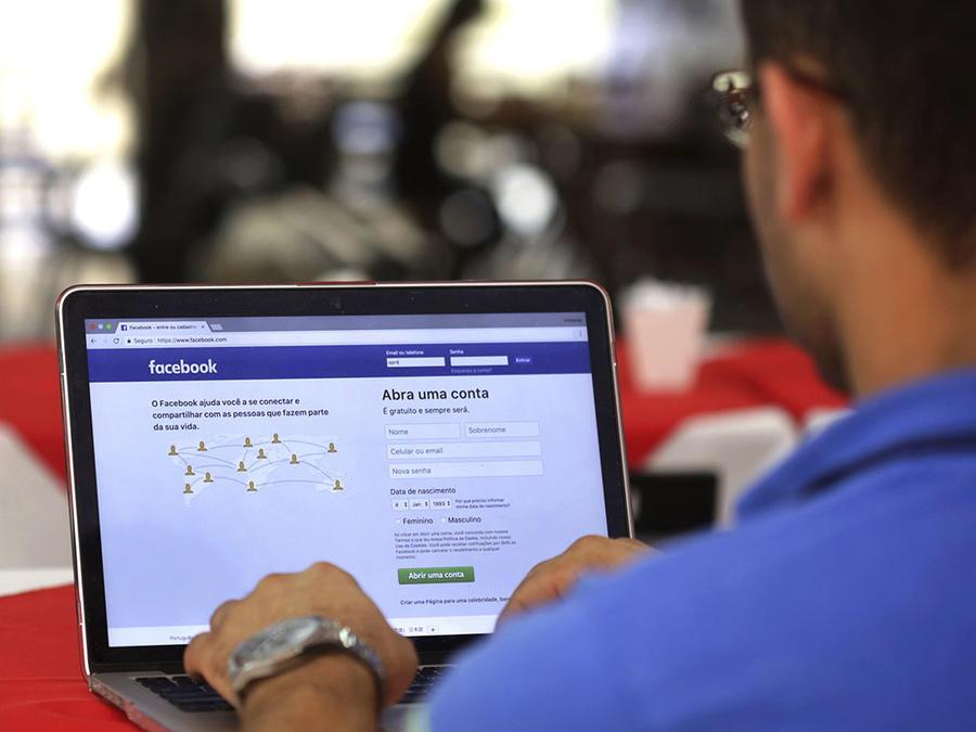 Un hombre ingresa a Facebook desde su portada principal.