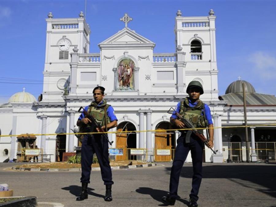 Policías custodian una iglesia afectada por los atentados de Sri Lanka