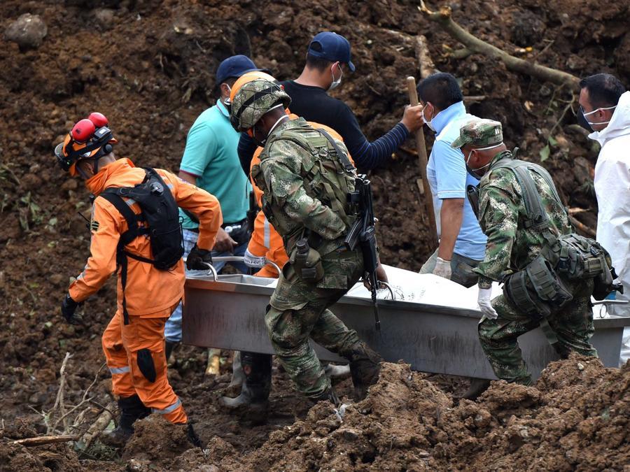 Autoridades colombianas buscan a desaparecidos tras un derrumbe en la población Las Rosas, del departamento del Cauca en la madrugada del domingo 21 de abril de 2019