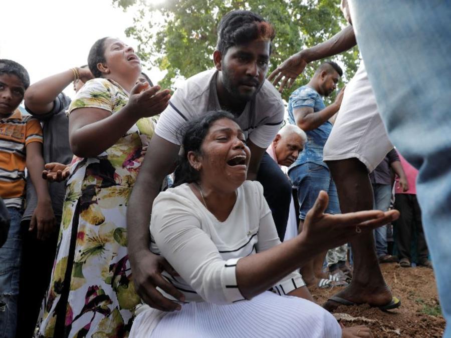 Entierro masivo de las víctimas dos días después de una serie de atentados suicidas en iglesias y hoteles en Sri Lanka.