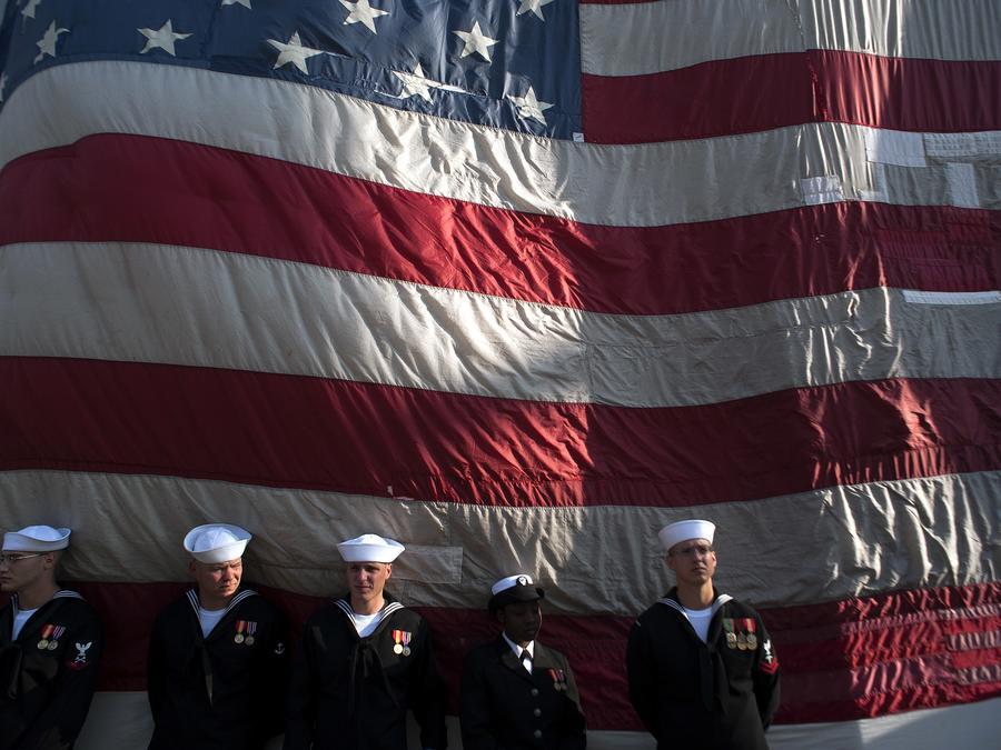 Fotografía de archivo de un grupo de marinos bajo la bandera estadounidense