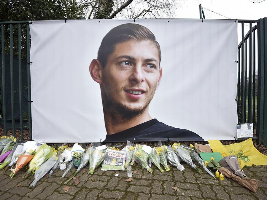 Varios ramos de flores son puestos debajo de una foto del futbolista argentino Emiliano Sala, fallecido en un accidente de avión a finales de enero.