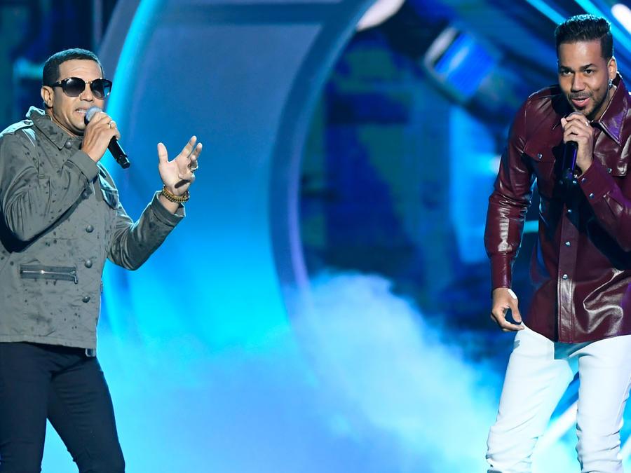 Romeo Santos y Raulín Rodríguez cantando La Demanda en los Premios Billboard 2019
