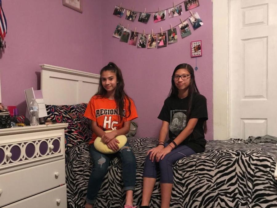 Abby Rubio, izquierda, y su hermana, Noemí, sentadas en la cama de Abby en la habitación que comparten.