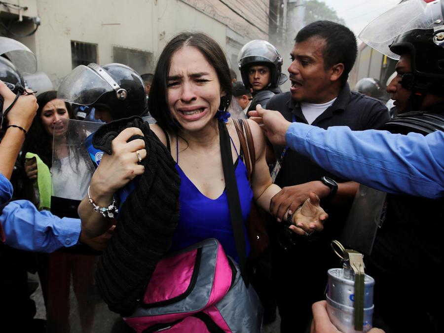 Una mujer llora en las marchas violentas en Honduras ayer