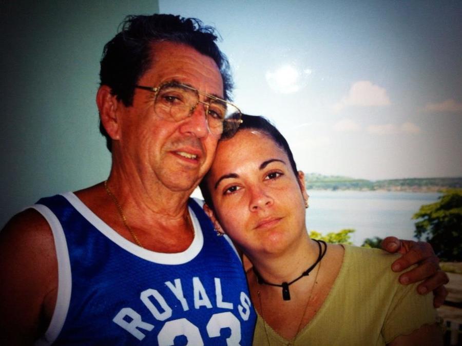 Vivian Díaz Espinosa (der.) sirvió de intérprete para su padre con cáncer hace 14 años porque no había información fiable en español